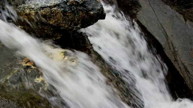 Waterval met sneeuw water, slow-motion