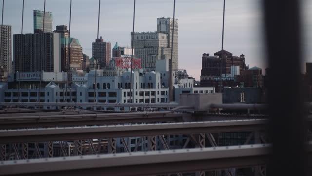 gebäude am wasser von der brooklyn bridge - mit handkamera stock-videos und b-roll-filmmaterial