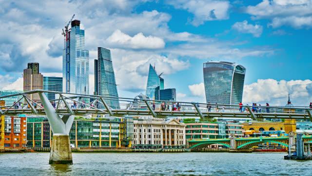 waterfront. financial business downtown a londra. ponte pedonale. punto di riferimento internazionale. skyline. - london bridge inghilterra video stock e b–roll