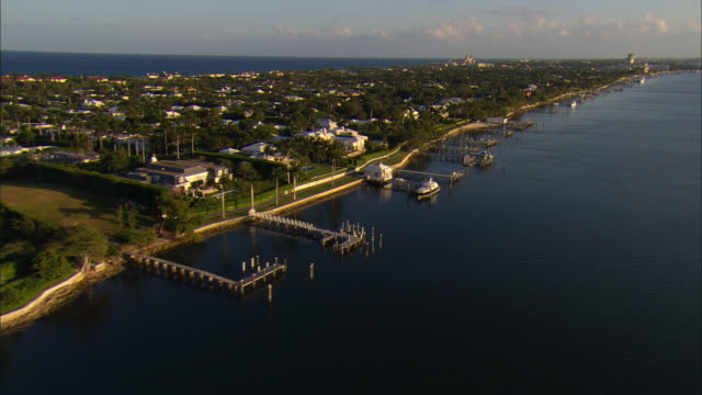 aerial waterfront homes and yachts at palm beach, florida, usa - フロリダ州点の映像素材/bロール