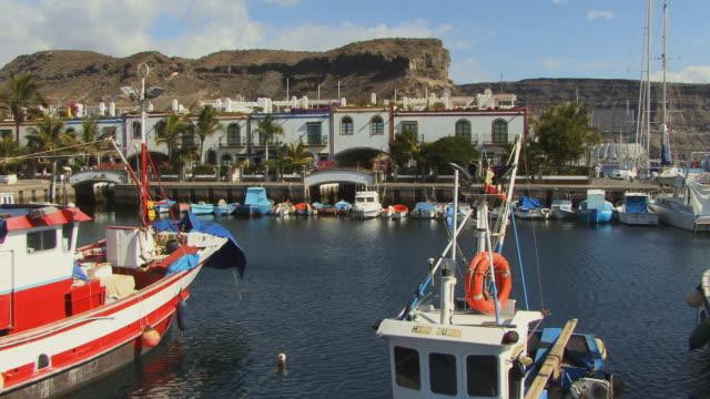 ws waterfront homes with boats moored in front/ puerto de mogan, grand canary, canary islands - okänt kön bildbanksvideor och videomaterial från bakom kulisserna