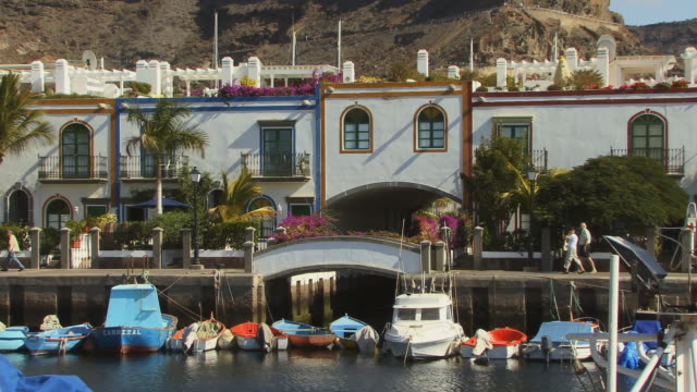 ws zo waterfront homes with boats moored in front/ puerto de mogan, grand canary, canary islands - grand canary stock videos and b-roll footage