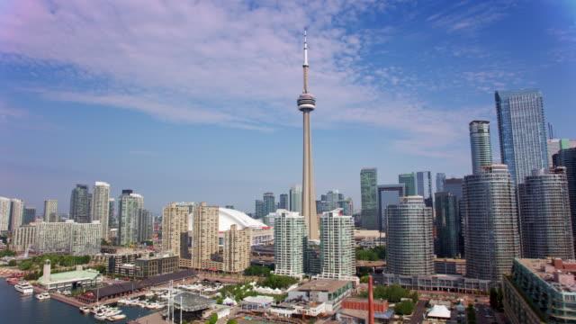 太陽の光の中でトロントのダウンタウンの空中ウォーターフロント - カナダ点の映像素材/bロール