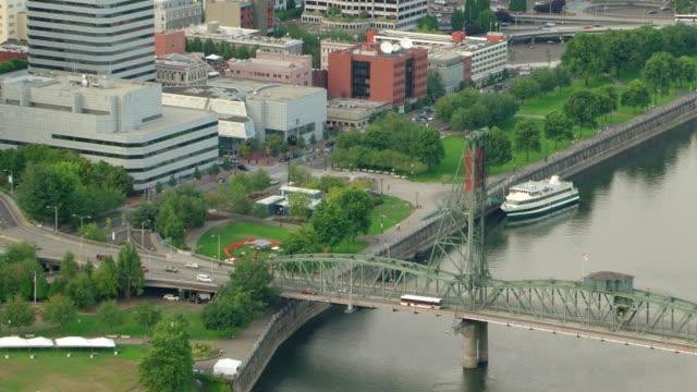 vídeos de stock e filmes b-roll de ms aerial waterfront park along river / oregon, united states - rio willamete