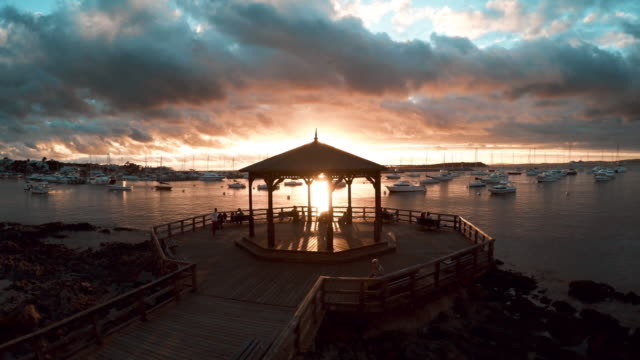 stockvideo's en b-roll-footage met waterfront pavilion overlooking harbor at sunset, punta del este, uruguay - uruguay