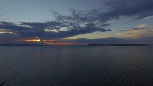 vídeos y material grabado en eventos de stock de waterfront sunset aerial video - estrecho de puget