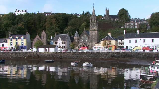 vídeos y material grabado en eventos de stock de ws waterfront town with church / tobermory, scotland, united kingdom - isla de mull