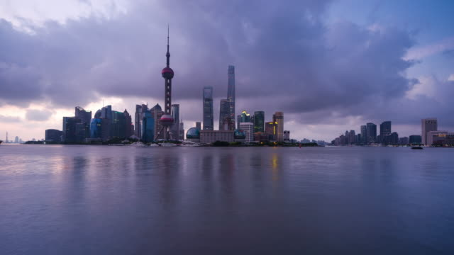 waterfront view of shanghai oriental pearl harbour night to day sunrise transition - 東方明珠塔点の映像素材/bロール
