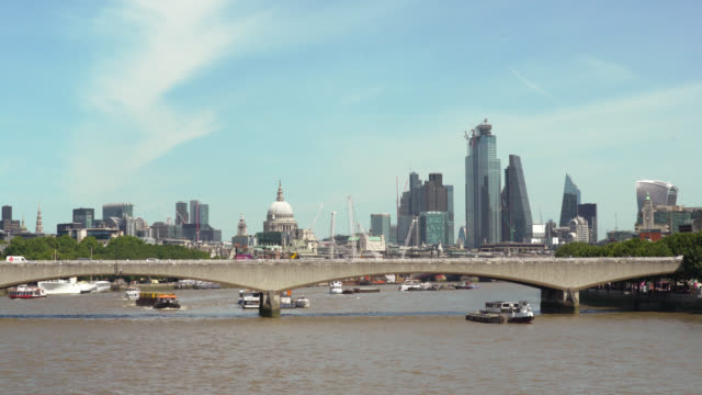 waterloo bridge with city of london in background - inquadratura fissa video stock e b–roll