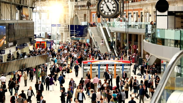 stockvideo's en b-roll-footage met waterloo station in londen - station