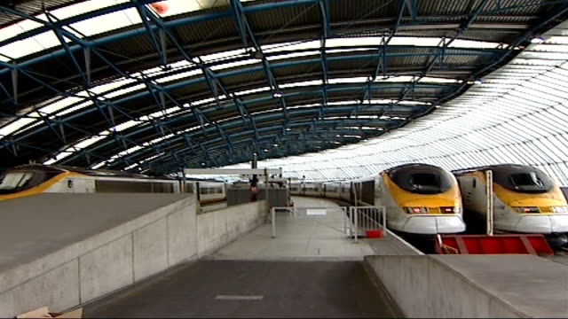 waterloo's eurostar platforms will stand idle train passengers crowding station eurostar platforms commuters crowding along platform brian cooke... - eurostar stock-videos und b-roll-filmmaterial