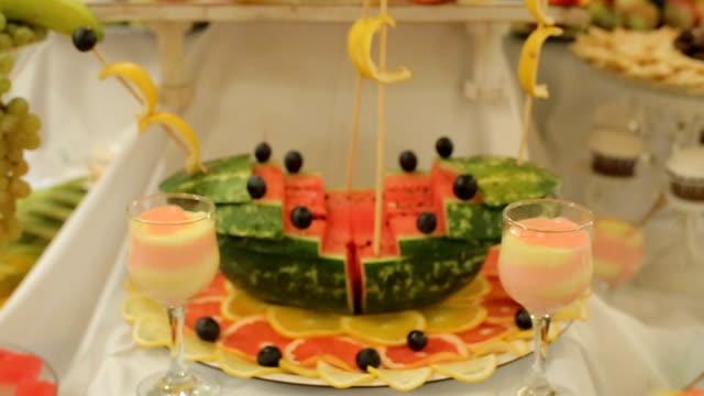 vidéos et rushes de décoration de melon d'eau, bateau - sculpture production artistique