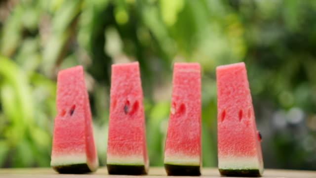 vídeos de stock, filmes e b-roll de fatia de melancia girando em câmera lenta - freshness