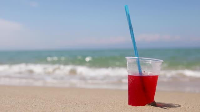 vídeos y material grabado en eventos de stock de batido de sandalon en la hermosa playa tropical de arena. concepto de vacaciones de verano - cóctel tropical
