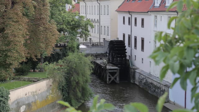 vídeos de stock, filmes e b-roll de watermill near charles bridge, prague, czech republic, europe - stare mesto