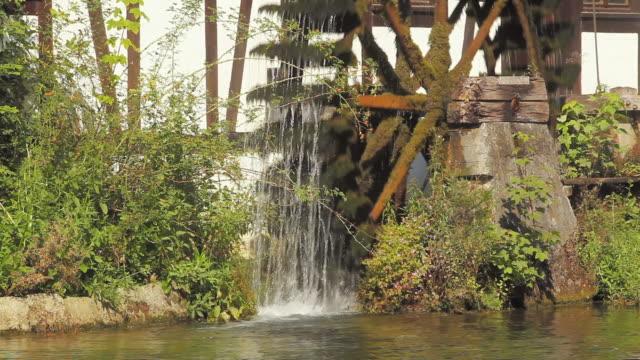 vídeos de stock, filmes e b-roll de cu watermill on blautopf (source of river blau), blaubeuren, allgaeu, germany - movimento perpétuo