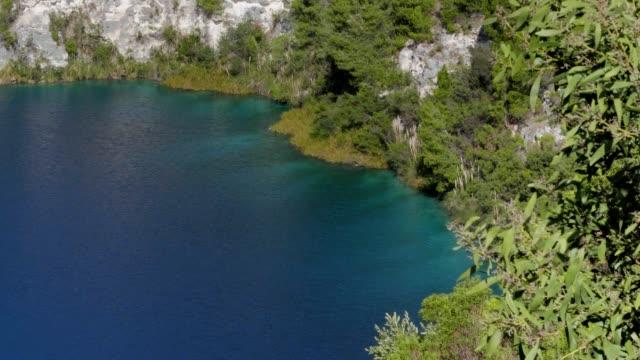 waters edge of blue lake mount gambier - south australia bildbanksvideor och videomaterial från bakom kulisserna