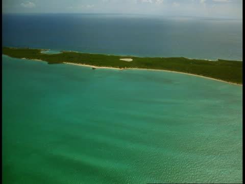 vidéos et rushes de waters of the atlantic ocean ripple around an island in the bahamas. - angle de prise de vue