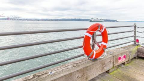 vídeos y material grabado en eventos de stock de agua de mar, buoy y baranda en nublado cielo. 4 k lapso de tiempo - equipo de seguridad