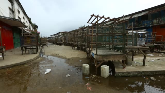 vídeos de stock, filmes e b-roll de waterside market next to west point lies empty today after the liberian government closes it down and quarantines west point to stop the ebola virus. - febre hemorrágica