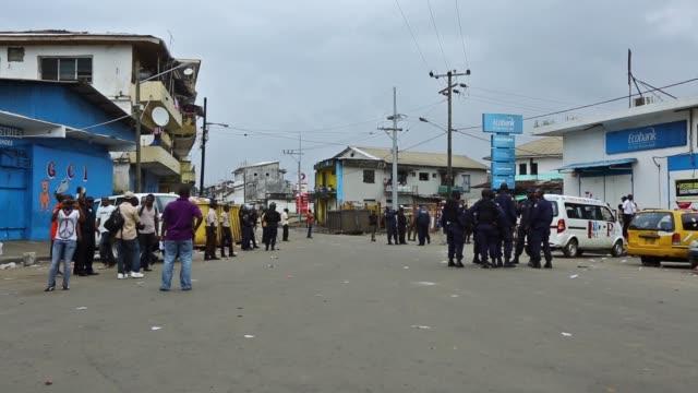 vídeos y material grabado en eventos de stock de ws waterside market the psu entered west point this morning to get the commissioner out they succeeded in extracting her but a crowd started throwing... - liberia