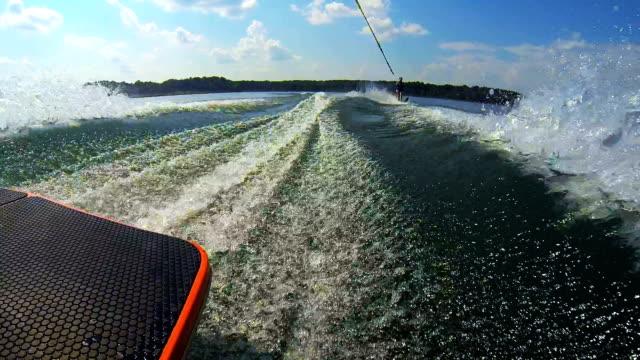 vídeos y material grabado en eventos de stock de waterskier detrás de un barco - waterskiing