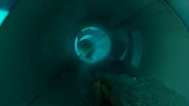 wasserrutsche spaß mit ton - wasserrutsche stock-videos und b-roll-filmmaterial
