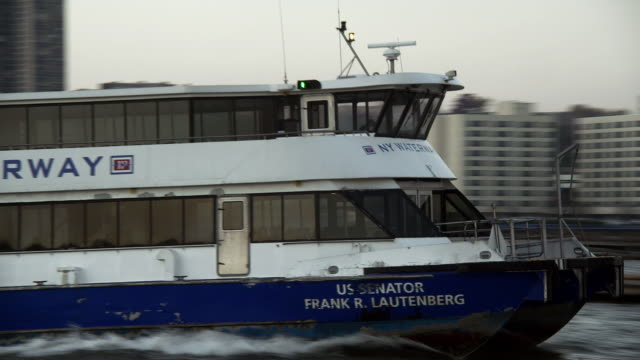 vidéos et rushes de ny waterway ferry disembarking from dock at weehawken and crossing the hudson river towards the manhattan skyline in the morning - lettre majuscule