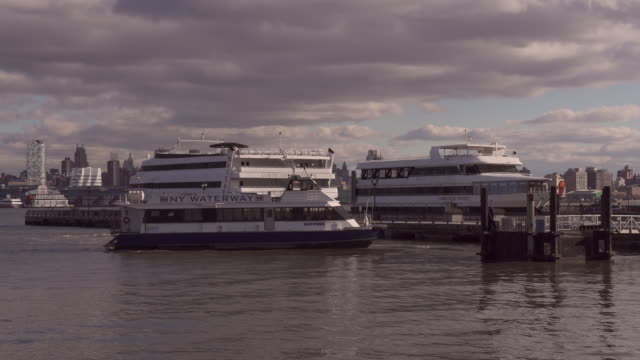 stockvideo's en b-roll-footage met ny waterway leaving the dock - passagiersboot