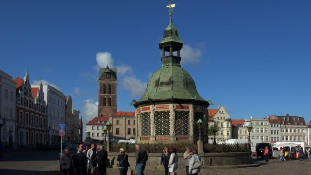 stockvideo's en b-roll-footage met waterworks on the market square, wismar, mecklenburg-western pomerania, germany - 17e eeuw