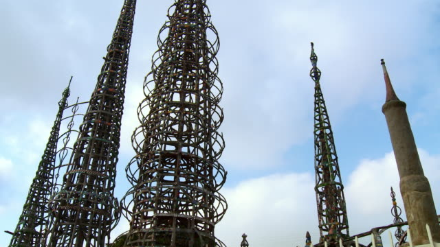 t/l ms la watts towers against white clouds moving on blue sky, los angeles, california, usa - 塔 個影片檔及 b 捲影像