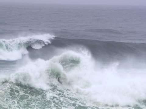 vídeos y material grabado en eventos de stock de wave breaking at sea - artbeats