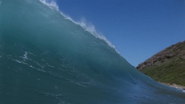 vídeos y material grabado en eventos de stock de sm ms wave moving in and washing over camera/ oahu, hawii - pipeline wave