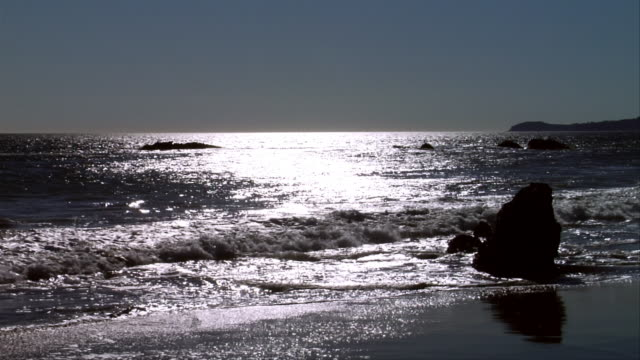 stockvideo's en b-roll-footage met ms, wave on beach at sunset, leo carrillo state park, california, usa - noordelijke grote oceaan