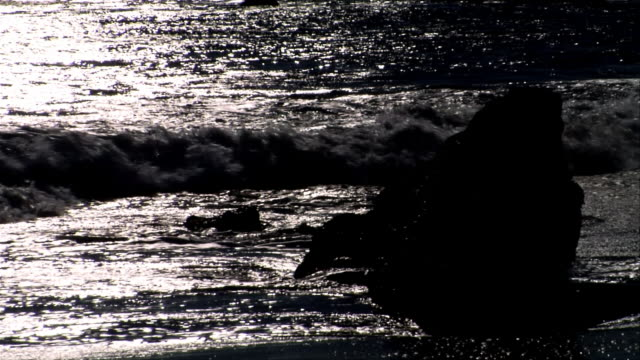 stockvideo's en b-roll-footage met cu, wave on beach at sunset, leo carrillo state park, california, usa - noordelijke grote oceaan