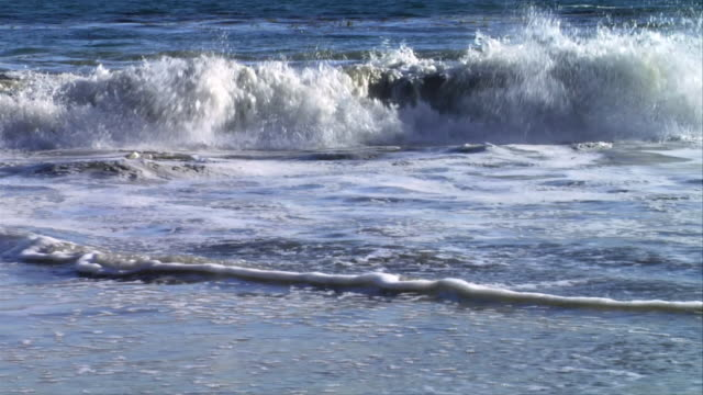 stockvideo's en b-roll-footage met cu, wave on beach, leo carrillo state park, california, usa - noordelijke grote oceaan