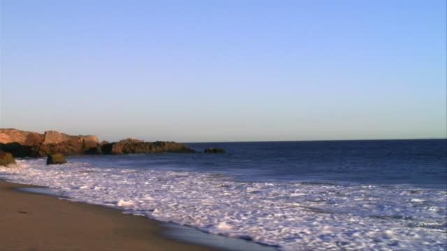 vídeos de stock, filmes e b-roll de ms, wave on beach, leo carrillo state park, california, usa - pacífico norte
