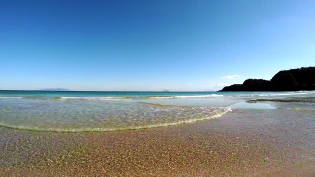 vídeos de stock, filmes e b-roll de onda na praia de 4 k-伊豆昼間砂浜波 - plusphoto