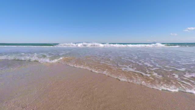 vídeos de stock, filmes e b-roll de onda na praia de 4 k - plusphoto