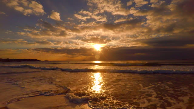welle am strand am morgen und sonnenaufgang bis 4 k - horizon over water stock-videos und b-roll-filmmaterial
