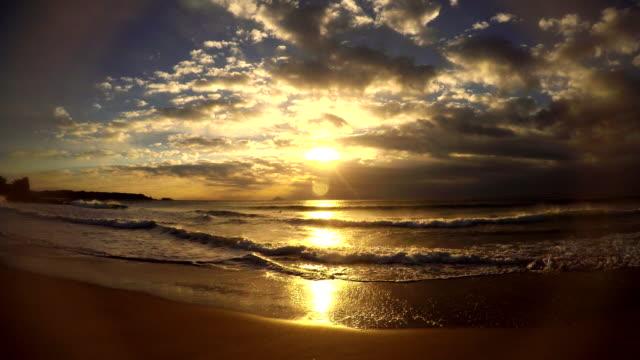 vídeos de stock, filmes e b-roll de onda na praia de manhã e o nascer do sol - 4 k - plusphoto