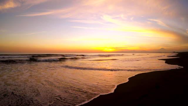 波は、ビーチで夕暮れの-Surfing-4 K