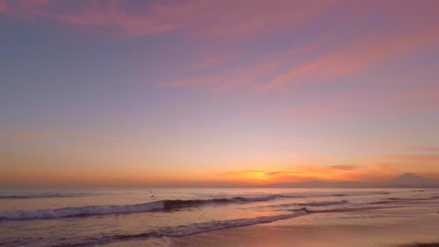 Golf op het strand bij zonsondergang - surfen-4K -