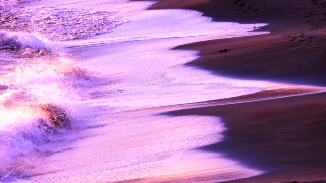 vídeos de stock, filmes e b-roll de onda na praia ao pôr-do-sol - símbolos de paz
