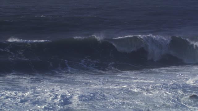 vídeos y material grabado en eventos de stock de wave plunging into surf - artbeats