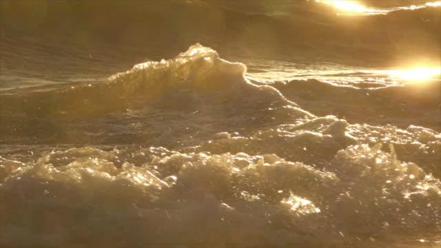 ビーチスローモーションで波飛し - 泡立つ波点の映像素材/bロール