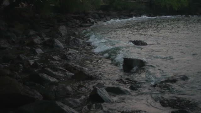 vídeos de stock, filmes e b-roll de onda de salpicos na costa rochosa lenta - pedra rocha