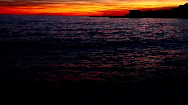 stockvideo's en b-roll-footage met waves and sunset at the pier - ontariomeer