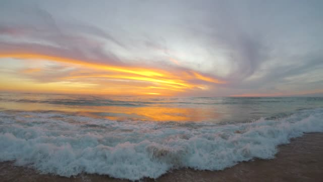 vídeos y material grabado en eventos de stock de las olas en playa de lit-et-mixe, puesta de sol - aquitania