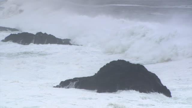 vídeos y material grabado en eventos de stock de waves between two rocks - artbeats